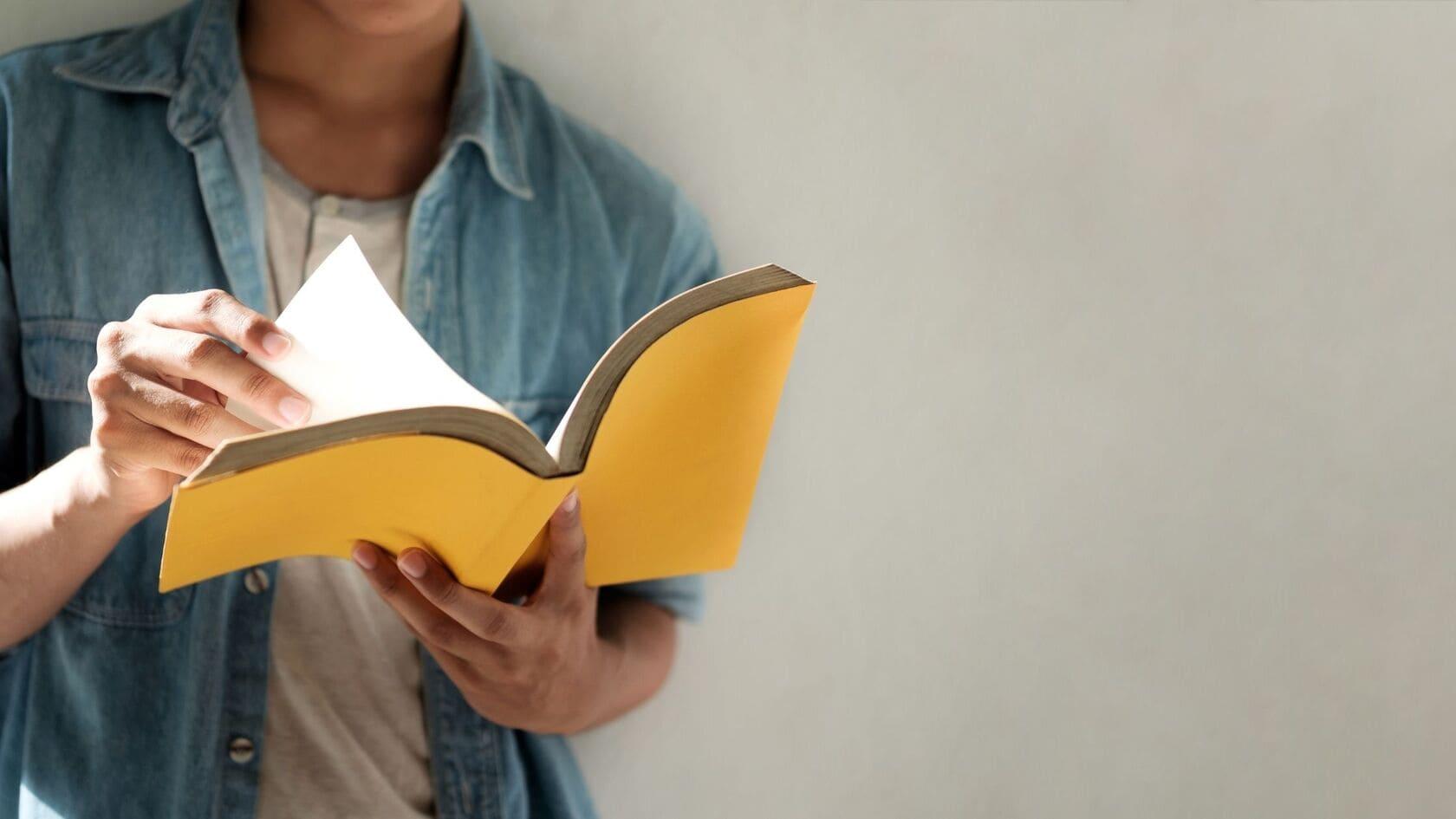 leggere libri per trovare idee per gli articoli